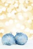 Предпосылка золота безделушек шариков рождественской открытки золотая играет главные роли снег Стоковое Изображение RF