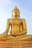 Предпосылка золотистого Будды и голубого неба стоковые фото