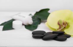 Предпосылка здоровья с цветками орхидеи и инструментами курорта: сливк, лосьон, полотенце и Стоковые Фото