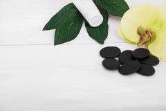 Предпосылка здоровья с цветками орхидеи и инструментами курорта: сливк, лосьон, полотенце и Стоковое Изображение
