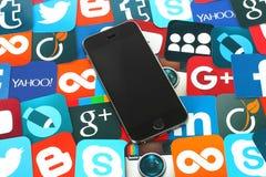 Предпосылка известных социальных значков средств массовой информации с iPhone Стоковое фото RF