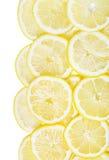Предпосылка изолированных кусков лимона кучи свежих желтых Стоковые Фотографии RF