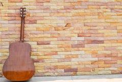 предпосылка кирпичной стены гитары Стоковое Фото