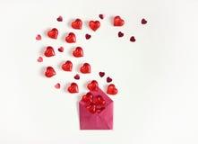 Предпосылка, конверт, сердца и confetti дня ` s валентинки Стоковая Фотография RF