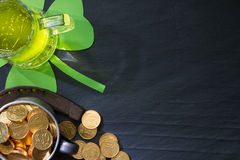 Предпосылка конспекта дня St. Patrick с зеленым пивом Стоковые Изображения RF
