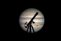 Предпосылка космоса с силуэтом телескопа Планета Юпитера Стоковое фото RF