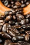 Предпосылка кофейного зерна и запачкает передний план Стоковые Фото