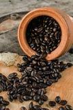 Предпосылка кофейного зерна и запачкает передний план Стоковая Фотография RF