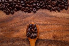 Предпосылка кофейных зерен/кофейные зерна/кофейные зерна на деревянном Стоковое Изображение