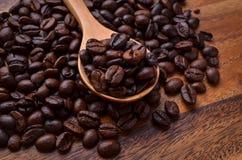 Предпосылка кофейных зерен/кофейные зерна/кофейные зерна на деревянном Стоковое Изображение RF