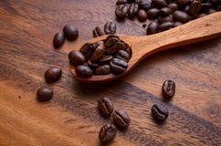 Предпосылка кофейных зерен/кофейные зерна/кофейные зерна на деревянном Стоковое Фото