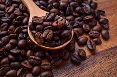 Предпосылка кофейных зерен/кофейные зерна/кофейные зерна на деревянном Стоковые Изображения