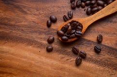 Предпосылка кофейных зерен/кофейные зерна/кофейные зерна на деревянном Стоковые Фотографии RF
