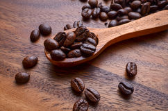 Предпосылка кофейных зерен/кофейные зерна/кофейные зерна на деревянном Стоковые Изображения RF