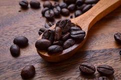 Предпосылка кофейных зерен/кофейные зерна/кофейные зерна на деревянном Стоковые Фото