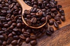 Предпосылка кофейных зерен/кофейные зерна/кофейные зерна на деревянном Стоковая Фотография RF