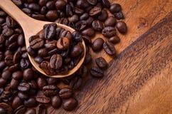 Предпосылка кофейных зерен/кофейные зерна/кофейные зерна на деревянном Стоковое фото RF