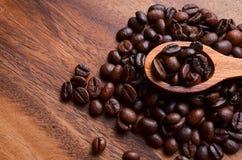 Предпосылка кофейных зерен/кофейные зерна на деревянной предпосылке Стоковые Фотографии RF