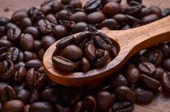 Предпосылка кофейных зерен/кофейные зерна на деревянной предпосылке Стоковое фото RF