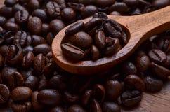 Предпосылка кофейных зерен/кофейные зерна на деревянной предпосылке Стоковое Изображение RF