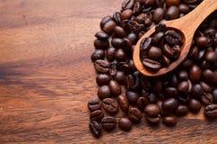 Предпосылка кофейных зерен/кофейные зерна на деревянной предпосылке Стоковая Фотография RF