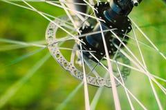 Предпосылка колеса велосипеда Закройте вверх по спицам стоковое фото