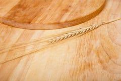 Предпосылка колоска разделочных досок пшеницы Стоковые Фотографии RF