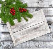 Предпосылка красных ягод ветвей рождественской елки деревянная Стоковое фото RF