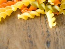 Предпосылка красочного конца-вверх текстуры макаронных изделий закройте вверх высушенных итальянских макаронных изделий на деревя Стоковое Изображение RF