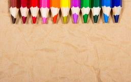 Предпосылка красочных crayons карандаша задняя школа к Стоковое Изображение