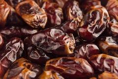 Предпосылка крупного плана плодоовощ даты Куча высушенного сияющего коричневого красного плодоовощ даты Стоковое Фото