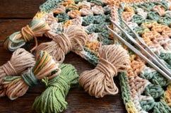 Предпосылка крюка пряжи вязания крючком и вязания крючком Стоковая Фотография