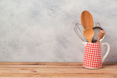 Предпосылка кухни с утварями и пустым деревянным столом стоковые изображения rf