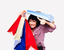 предпосылка кладет брюнет в мешки над детенышами белой женщины покупкы Стоковые Фотографии RF