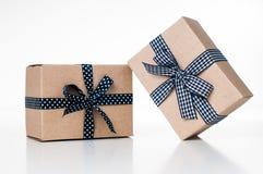 предпосылка кладет подарки в коробку изолировала белизну стоковое фото rf