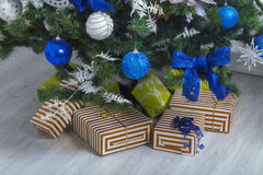 предпосылка кладет подарки в коробку изолировала белизну Стоковое Изображение RF