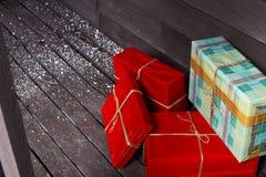 предпосылка кладет подарки в коробку изолировала белизну Стоковые Фотографии RF