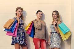 предпосылка кладет счастливых изолированных ходя по магазинам белых женщин в мешки Стоковое фото RF