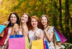предпосылка кладет счастливых изолированных ходя по магазинам белых женщин в мешки Стоковые Фотографии RF