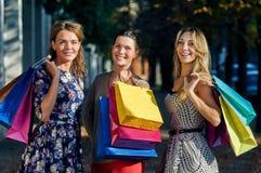 предпосылка кладет счастливых изолированных ходя по магазинам белых женщин в мешки Стоковое Фото