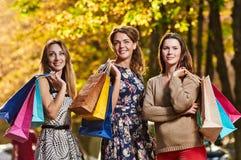 предпосылка кладет счастливых изолированных ходя по магазинам белых женщин в мешки Стоковые Изображения RF