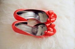 предпосылка меха красного элегантного shoeson белая Стоковая Фотография RF