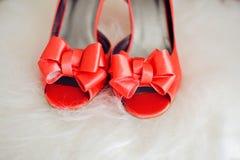 предпосылка меха красного элегантного shoeson белая Стоковое Изображение RF