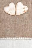 Предпосылка мешковины с кружевной тканью и деревянными сердцами стоковое фото rf
