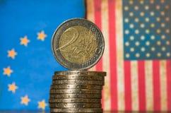 Предпосылка монетки флагов американца и европейца Стоковые Изображения