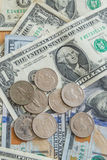Предпосылка монеток долларовых банкнот Стоковые Фото