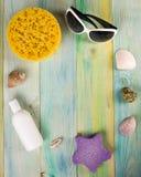 Предпосылка модель-макета каникул моря лета Страница тетради пустая с деталями перемещения на деревянном столе голубого зеленого  Стоковая Фотография RF