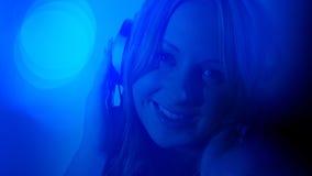 Предпосылка музыки молодой женщины слушая Стоковая Фотография RF