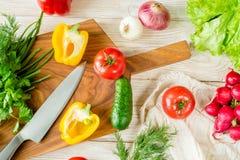Предпосылка натуральных продуктов Овощи на прерывая доске Стоковые Изображения RF