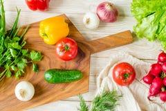 Предпосылка натуральных продуктов Овощи на прерывая доске Стоковые Изображения